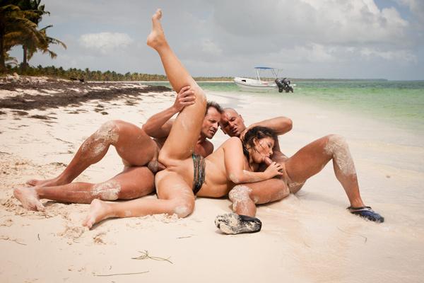 Secretaire salope baise avec son patron et un client - 2 part 8