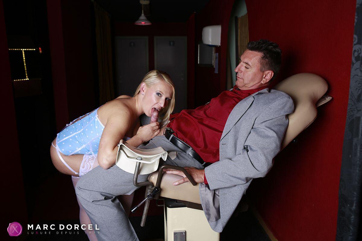 Blonde baisee dans la salle de bain de ses parents - 2 part 9