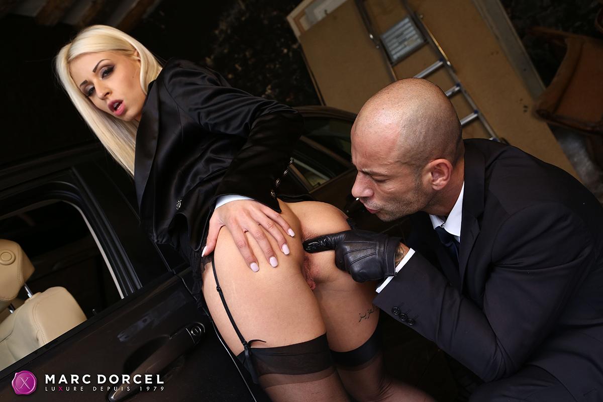 Il sodomise la fille de son client sur la table de jardin - 1 part 1