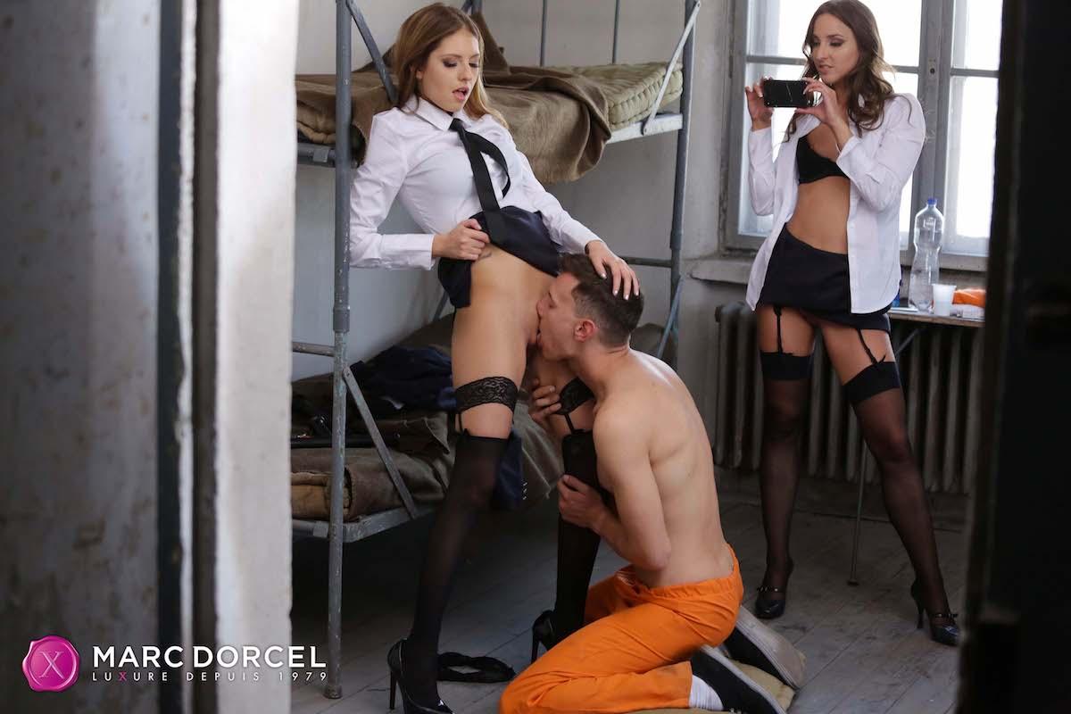 Deux gardiennes se partagent un prisonnier